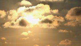 Заход солнца с облаками на небе, пасмурный устанавливая сумрак Timelapse драматический, промежуток времени сток-видео