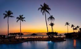 Заход солнца с 2 раковинами и водами океана Стоковое Фото