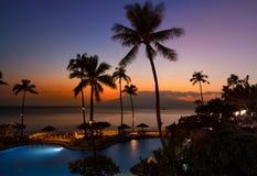 Заход солнца с 2 раковинами и водами океана Стоковое Изображение