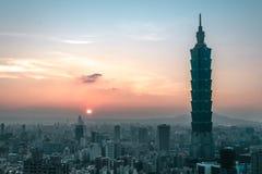 Заход солнца с целью Cityline Тайбэя, Тайваня стоковые изображения