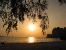 заход солнца Таиланд rai leh krabi пляжа Стоковое Изображение