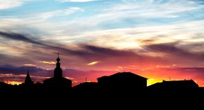 Заход солнца цвета с силуэтом зданий Стоковая Фотография RF