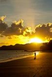 заход солнца человека пляжа идущий Стоковые Изображения RF