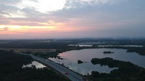 Заход солнца через озеро видеоматериал