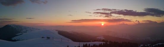 Заход солнца чудесного трутня воздушный на лыжном районе Monte Pora в сезоне зимы Orobie Альпы стоковое изображение rf
