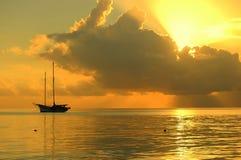 заход солнца шлюпки стоковая фотография