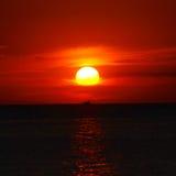 заход солнца шлюпки стоковое фото rf