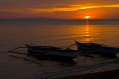 заход солнца шлюпок пляжа banca Стоковые Изображения RF