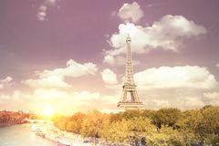 Заход солнца Эйфелевой башни с облаками Стоковое Изображение RF