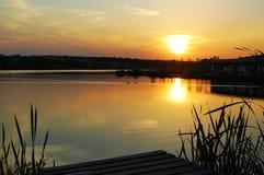 Заход солнца Bautiful на озере стоковое изображение rf