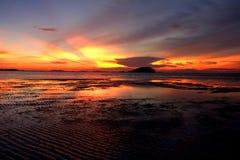 Заход солнца Belitung - восхищать заход солнца вдоль пляжа 2 Стоковое Фото