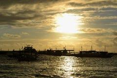 Заход солнца Boracay с немногими шлюпками охмеления острова Стоковые Фото