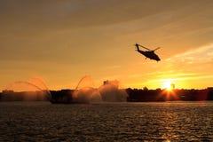 заход солнца helictoper стоковое изображение rf