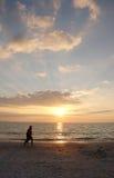 заход солнца joggers пляжа Стоковое Изображение