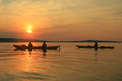 заход солнца kayakers Стоковое фото RF