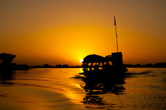 заход солнца pirogue Африки Мали Стоковое Изображение RF