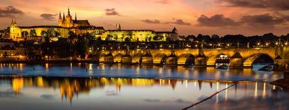 заход солнца prague замока Европа, Чешская Республика стоковые изображения