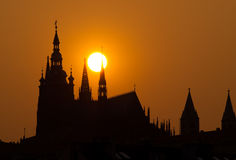 заход солнца prague замока Стоковая Фотография