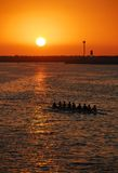заход солнца rowing экипажа Стоковое Фото
