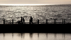 заход солнца silhouetted людьми Стоковое Фото