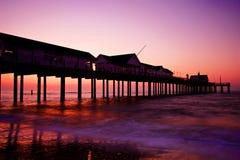 заход солнца silhouetted пристанью Стоковое Изображение RF