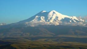 Заход солнца Timelapse с облаками в горах Elbrus, северном Кавказе, России видео 4K UHD сток-видео
