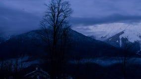 Заход солнца Timlaps над зданиями плато Розы в Сочи, лыжном курорте Розе горы Khutor видеоматериал
