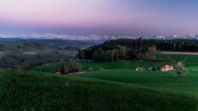 Заход солнца Wonderfull в швейцарских горных вершинах Сельская местность bern стоковые изображения rf