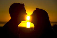 заход солнца поцелуя Стоковая Фотография