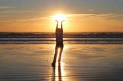 Заход солнца удерживания руки женщины Стоковое фото RF
