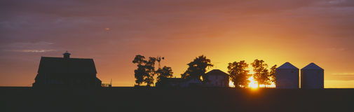 заход солнца фермы Стоковые Изображения RF