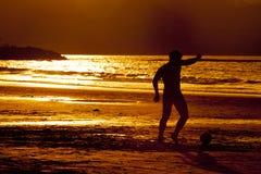 заход солнца футбола Стоковые Фотографии RF