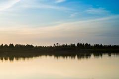Заход солнца ландшафта лета розовый и оранжевый сверх Стоковые Фотографии RF