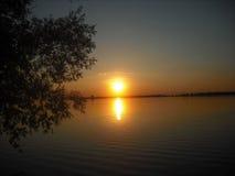 Заход солнца берега озера Стоковая Фотография RF
