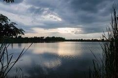 Заход солнца берега озера Стоковое Изображение