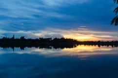 Заход солнца берега озера Стоковые Фото
