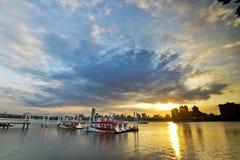 Заход солнца берега реки города Тайбэя стоковое фото rf