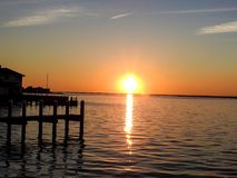 Заход солнца бриллиантового оранжевого над заливом Barnegat, NJ Стоковые Изображения RF