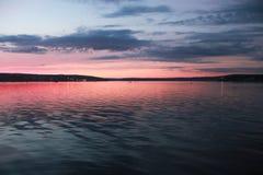 Заход солнца бриллиантовых розовых на воде Стоковое фото RF