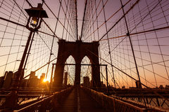 Заход солнца Бруклинского моста с горизонтом США Манхаттана Стоковое Фото