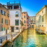 Заход солнца Венеции в канале воды Рио Greci и и традиционных зданиях. Италия Стоковое Изображение