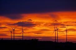 Заход солнца ветротурбины стоковые фотографии rf