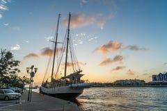 Заход солнца вокруг плавучего моста и высокорослого корабля - punda Стоковые Изображения