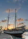 Заход солнца вокруг плавучего моста и высокорослого корабля - punda Стоковая Фотография