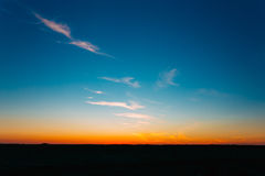 Заход солнца, восход солнца над сельским полем сельской местности Яркий красочный d Стоковое Изображение RF