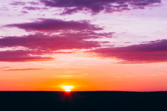 Заход солнца, восход солнца над сельским пшеничным полем Яркое драматическое небо Стоковая Фотография