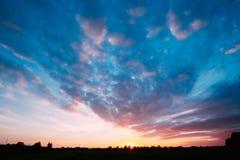 Заход солнца, восход солнца над сельским лугом поля Яркое драматическое небо Стоковая Фотография