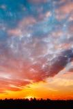 Заход солнца, восход солнца над сельским лугом поля Яркое драматическое небо и Стоковые Фотографии RF