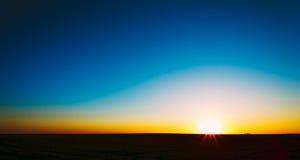 Заход солнца, восход солнца, Солнце над сельским полем сельской местности Стоковое фото RF