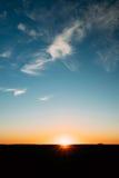 Заход солнца, восход солнца, Солнце над сельским полем сельской местности Яркая синь a Стоковые Фото